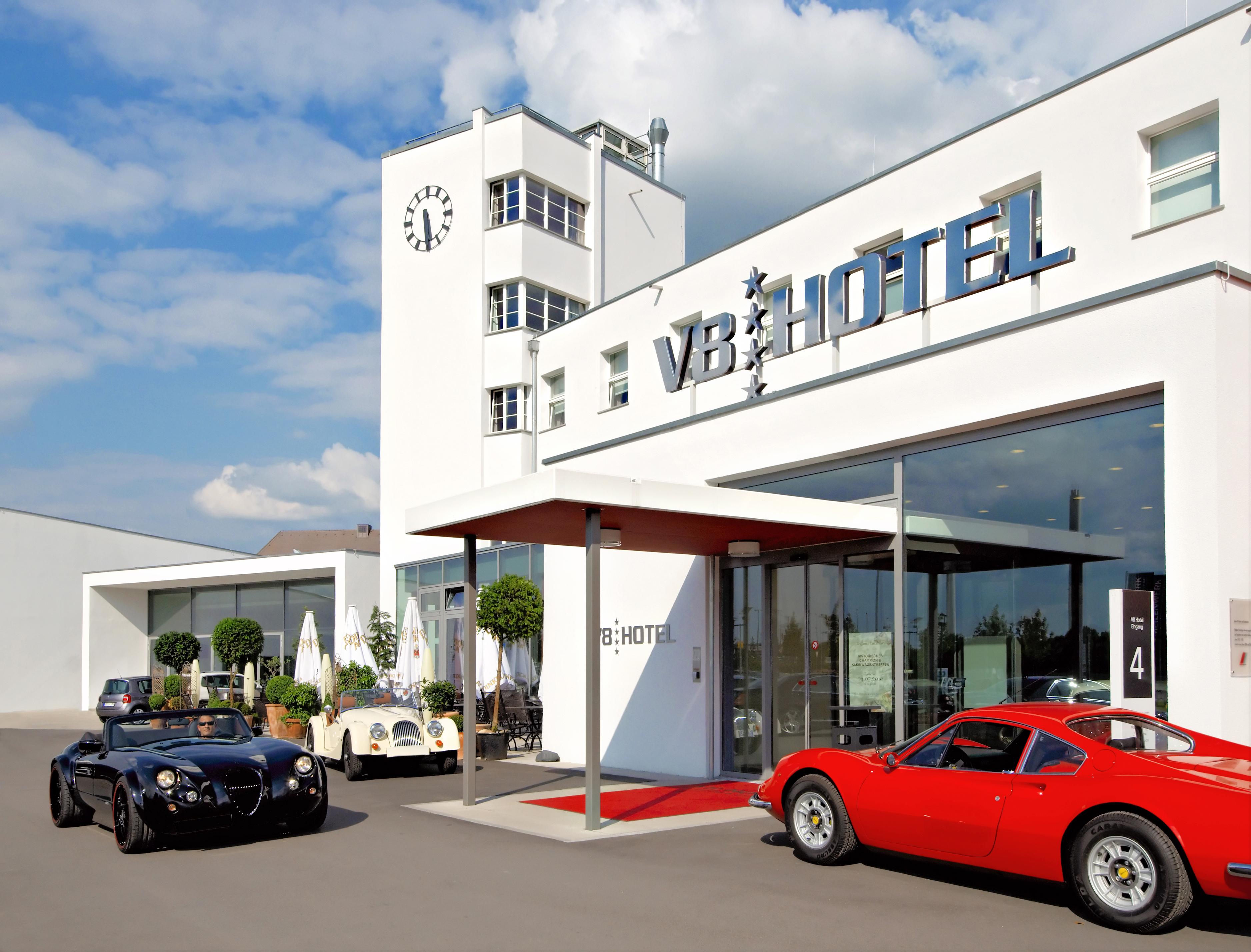 V8Hotel - Die Zimmer unseres automobilen 4-Sterne Themen- und Designhotels in der Motorworld Region Stuttgart sind geprägt von den klaren Linien der klassischen Moderne, ergänzt werden sie durch die verschiedenen einzigartigen, liebevoll ausgestatteten automobilen Themenzimmer. Die Krönung ist die 120qm große Suite im ehemaligen Flughafentower. Auf vier Etagen liegt ihnen dort die ganze Welt des Automobils zu Füßen. Der Wellnessbereich, verschiedene Gastronomieangebote und Veranstaltungsräume ergänzen das Angebot.