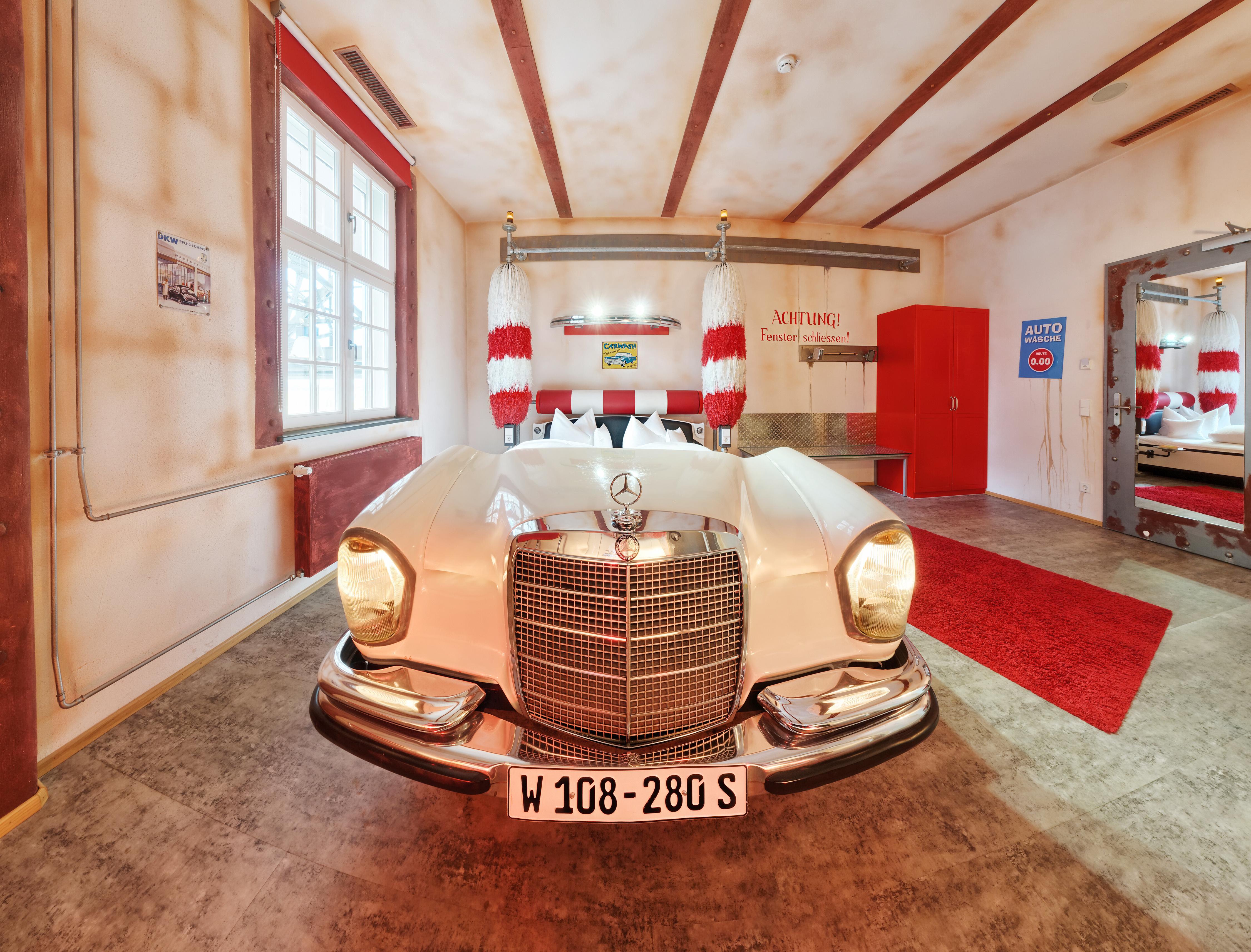 V8Hotel - Themenzimmer Waschanlage, CarWash. Die automobilen Themenzimmer unseres vier Sterne Themen-und Designhotels in der Motorworld Region Stuttgart sind einzigartig, jedes mit eigenem Charakter und liebevoller Ausstattung. Der Wellnessbereich, verschiedene Gastronomieangebote und Veranstaltungsräume ergänzen das Angebot.