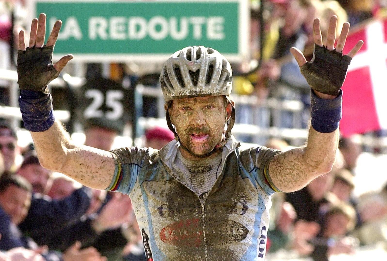 """Museeuw zegevierend in Roubaix. """"Mensen zien mij weer als de kampioen van mijn generatie."""" (foto belga)"""