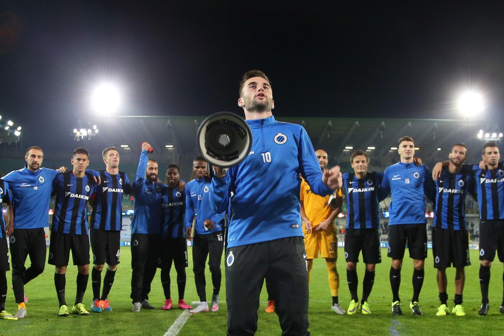 Tuur Dierckx vuurt de Brugse fans aan. (foto belga)