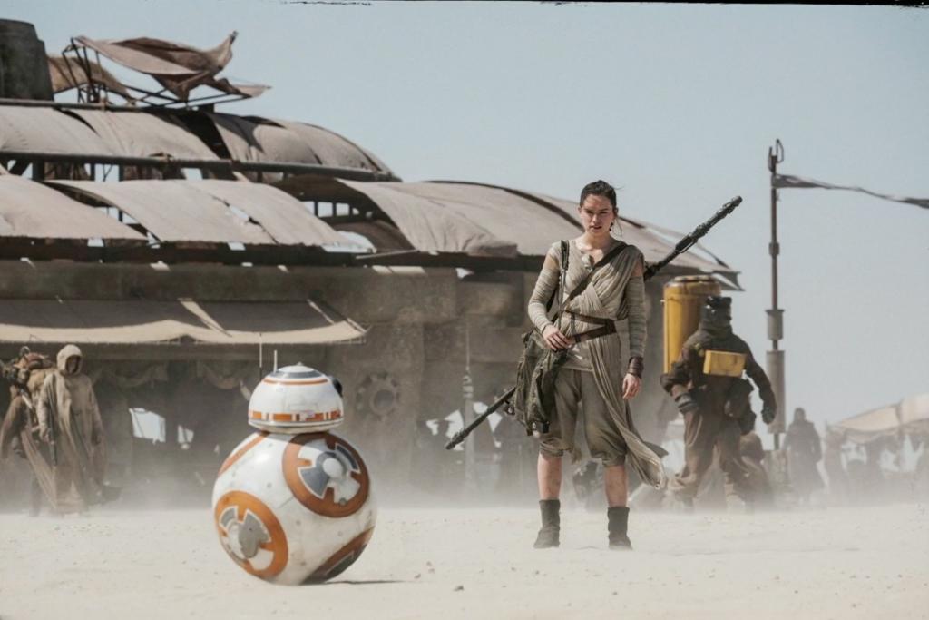 Rey stoot al snel op de rollende droid BB-8, de echte ster van deze film...