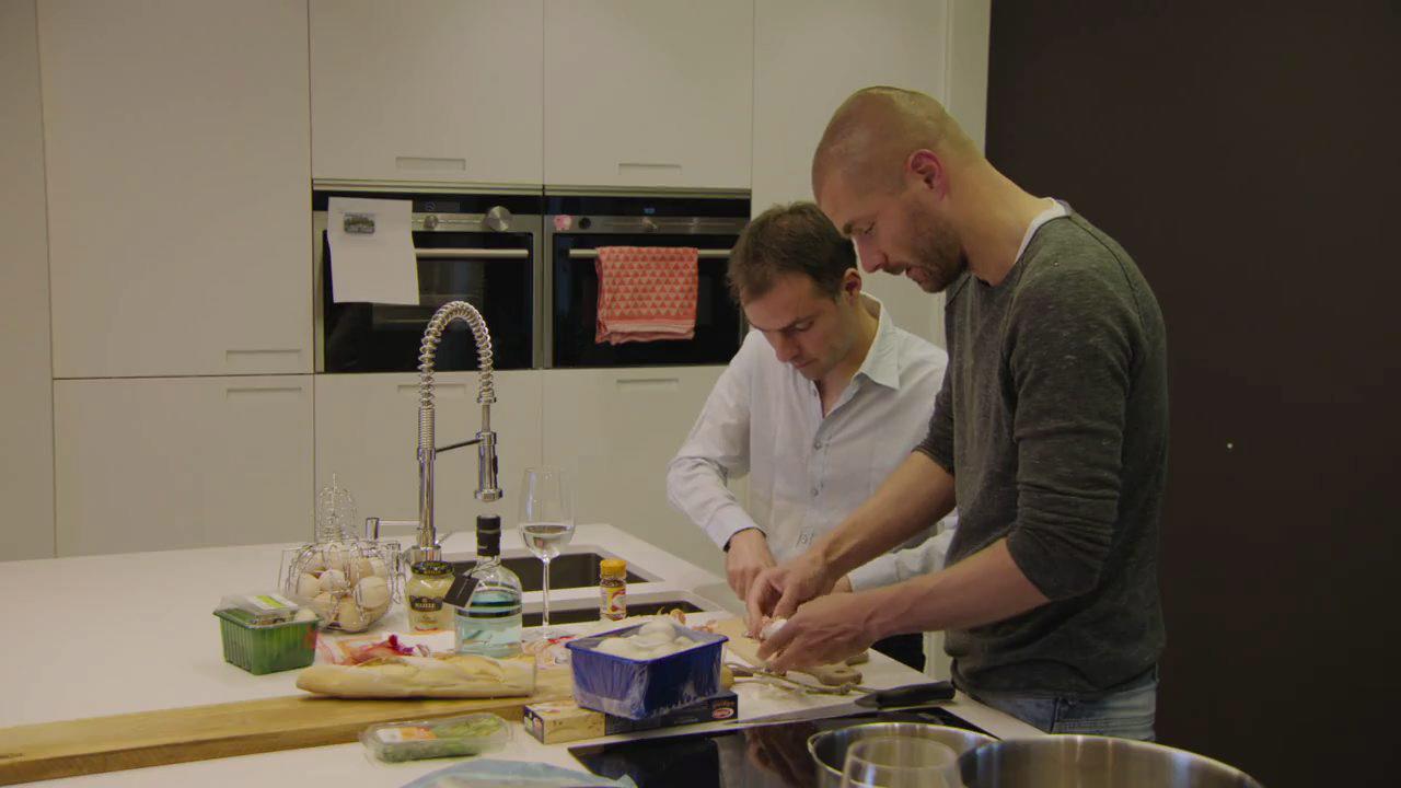 Kobe met broer Stijn aan de slag in de keuken van Het Huis. (foto's vrt)