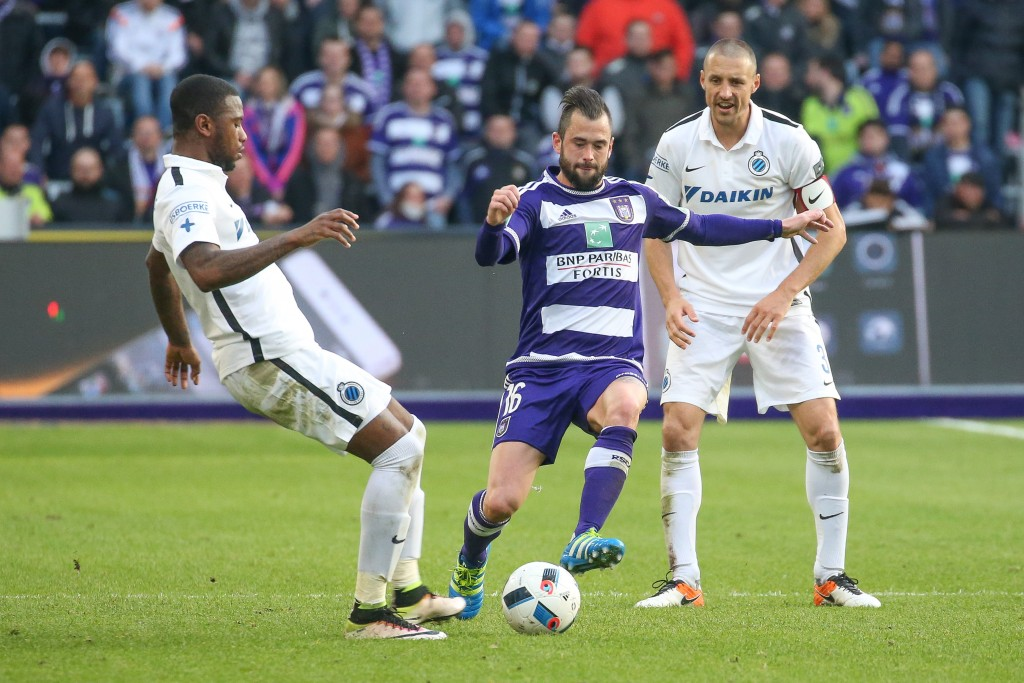 Club's Stefano Denswil and Anderlecht's Steven Defour fight for the ball during the Jupiler Pro League match between RSC Anderlecht and Club Brugge KV, in Anderlecht, Brussels, Sunday 17 April 2016, on day 3 of the Play-off 1 of the Belgian soccer championship. BELGA PHOTO BRUNO FAHY