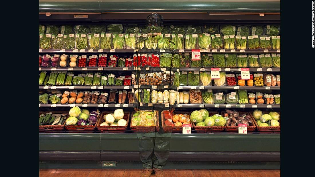 160428085414-liu-bolin-hiding-in-the-city--vegetables-super-169