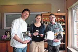 Chocolatier Stijn Vanhoutte, Claudia Delbaere (Cacaolab Unief Gent) en zytholoog Geroen Van Steenbrugge stelden het boek voor.
