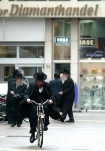 BRU86 - 20030910 - ANTWERP, BELGIUM : Illustration picture shows some traditionel jews in front of Diamanthandel as police made some house search in Antwerp diamond area, Wednesday 10 September 2003, linked with other house search in Brussels for enquiry on a laundering case. BELGA PHOTO PETER DE VOECHT