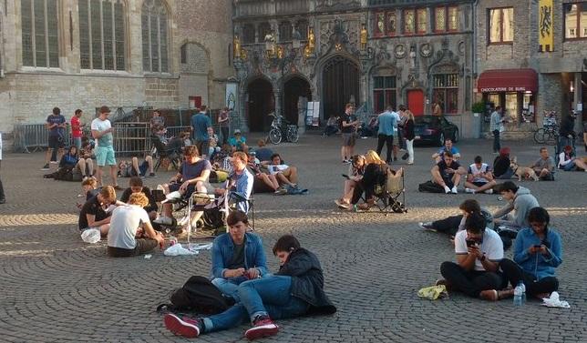 Er zijn constant lures actief op de Burg in Brugge. (foto Twitter, Thomas Smolders)