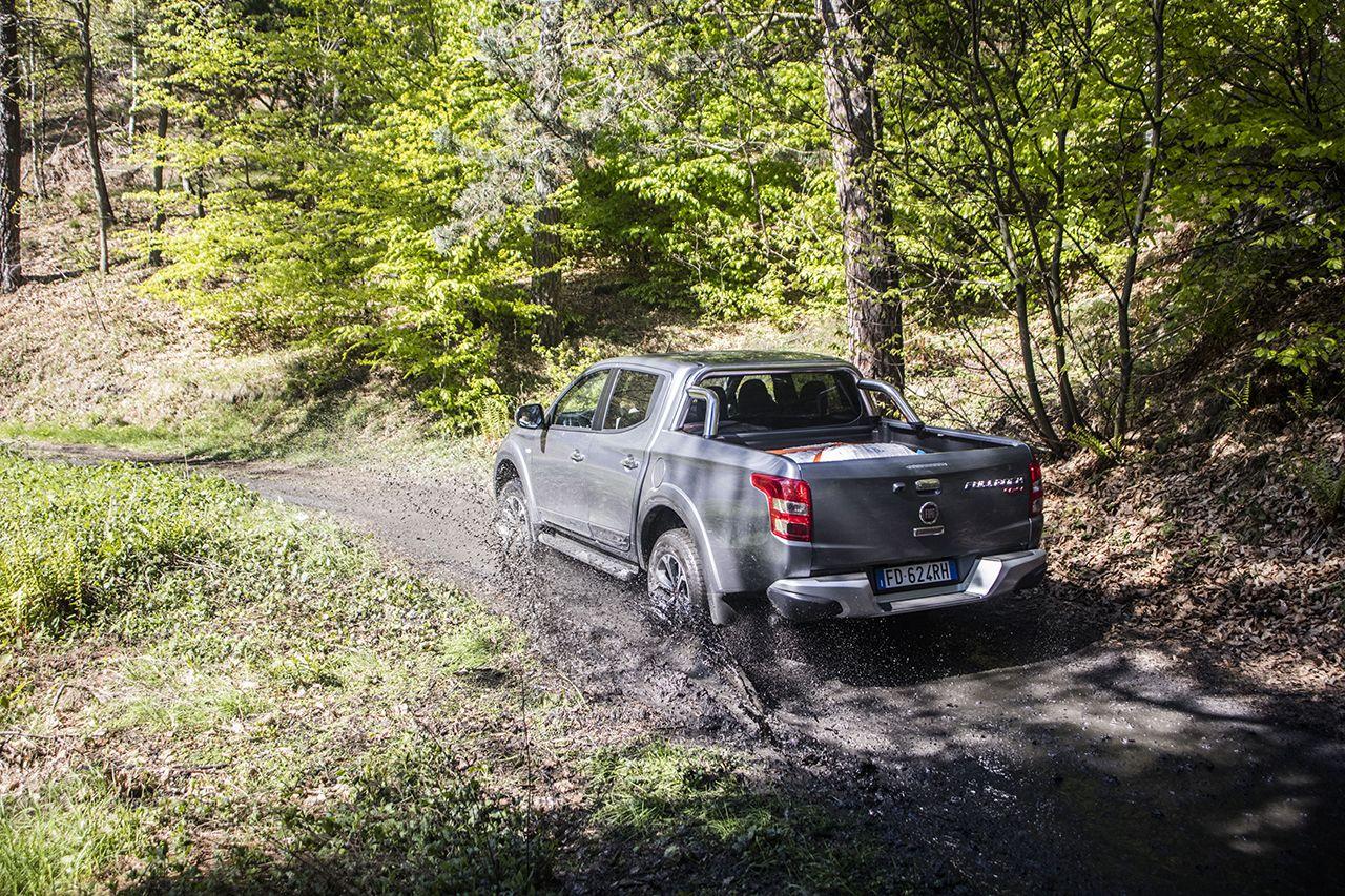 De Fiat Fullback baant zich moeiteloos een weg doorheen de modder.