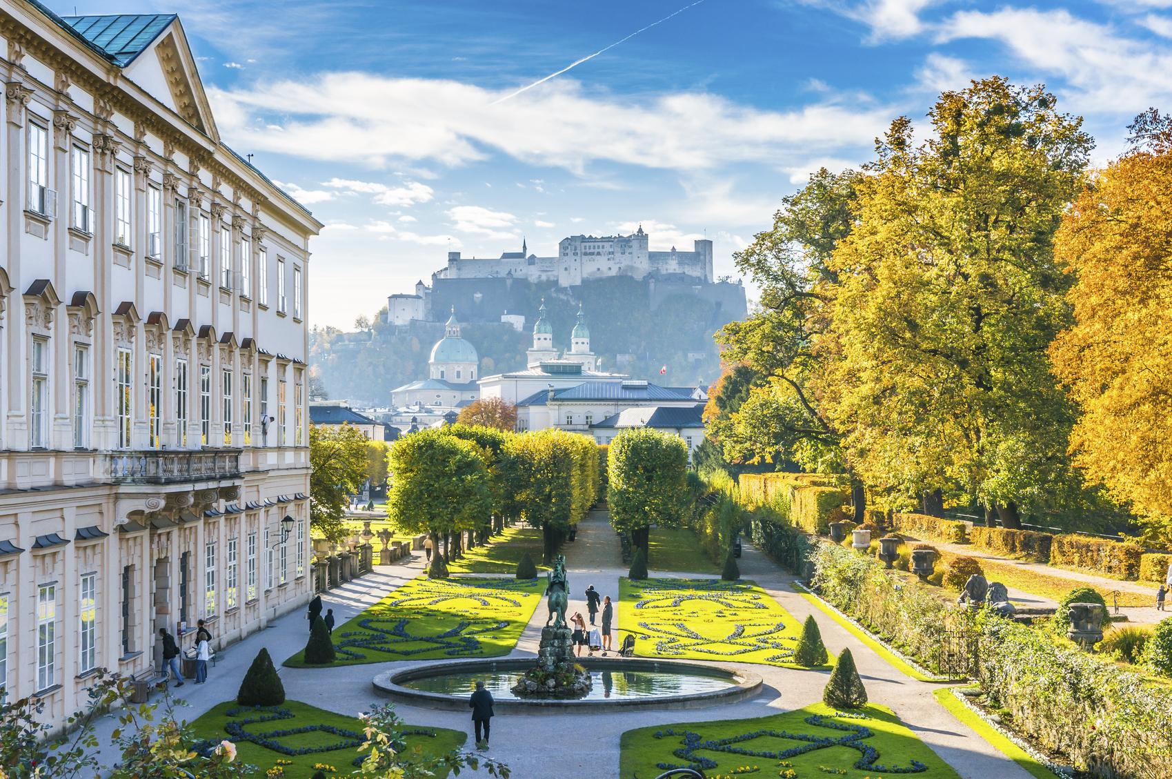 De fotogenieke Mirabell Gardens in Salzburg. (foto istock)