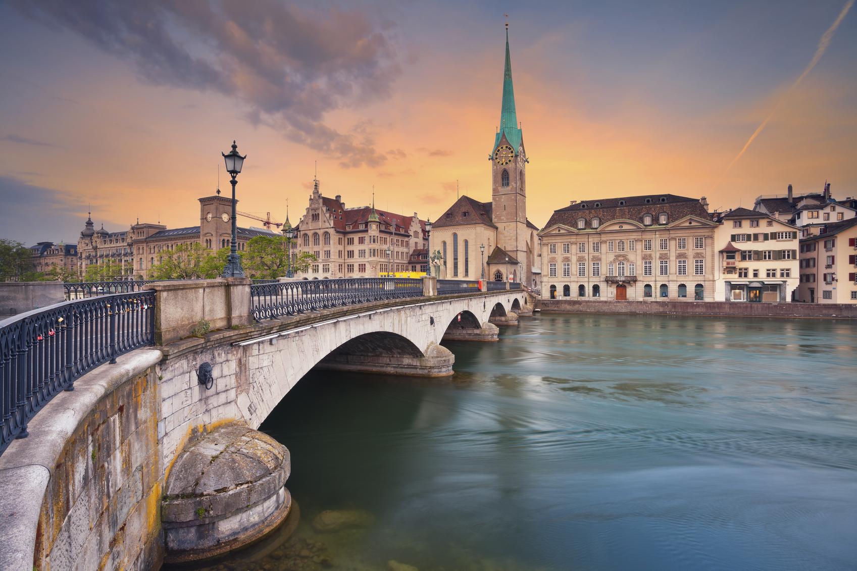 Een prachtige zonsondergang in Zürich. (foto istock)