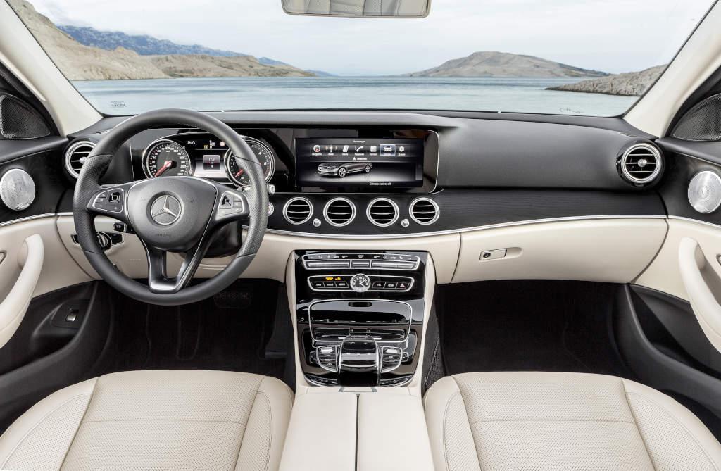 Optioneel is de Mercedes-Benz E-Klasse te bekomen met 2 hoge resolutieschermen van 12,3 duim.