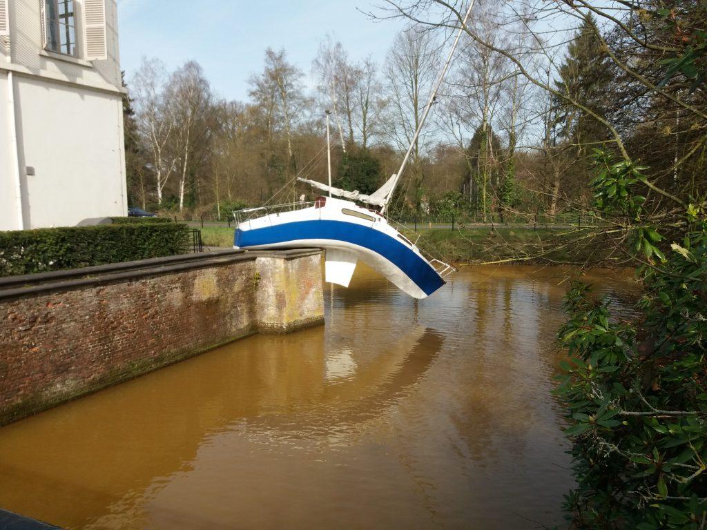 De gebogen boot is een bekend kunstwerk van het Middelheimmuseum. (foto Annelies Mus)