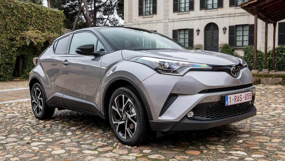 De Toyota C-HR onderscheidt zich door zijn koetswerk met diamantvormig architectuurthema én zijn prominente wielkasten op de 4 hoeken.