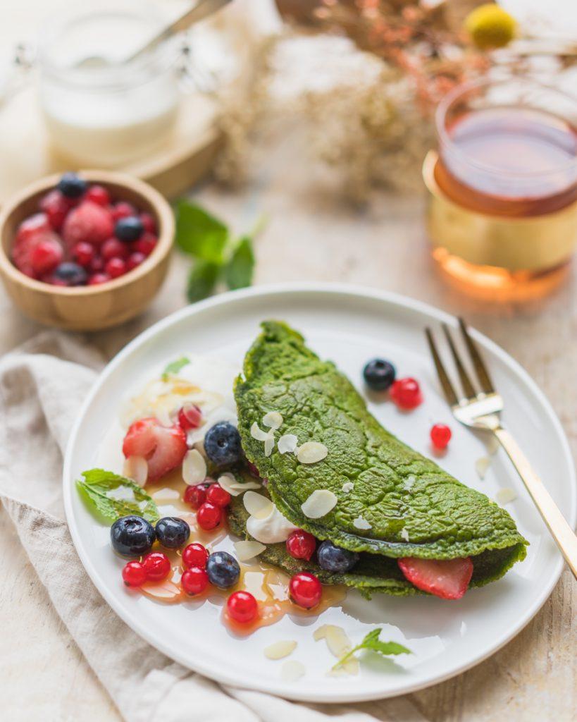 Zondagse kost: zoete omelet met spinazie en rode vruchten