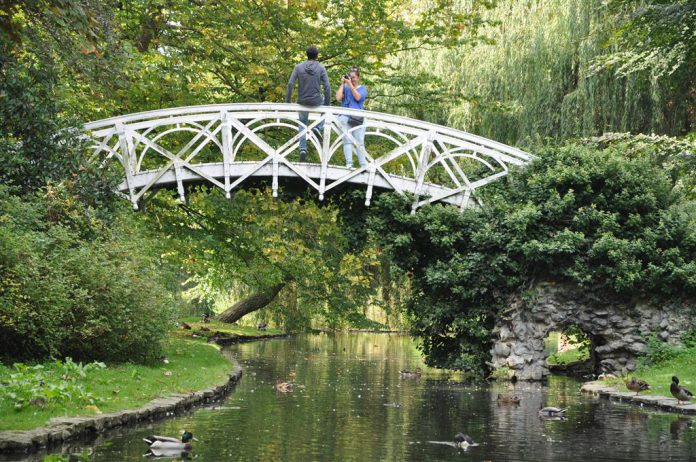 Het Stadspark van Lier is een plezierplek bij uitstek, met zowel sierlijke boogbruggen als twee leuke speeltuinen. (foto Visit Lier)