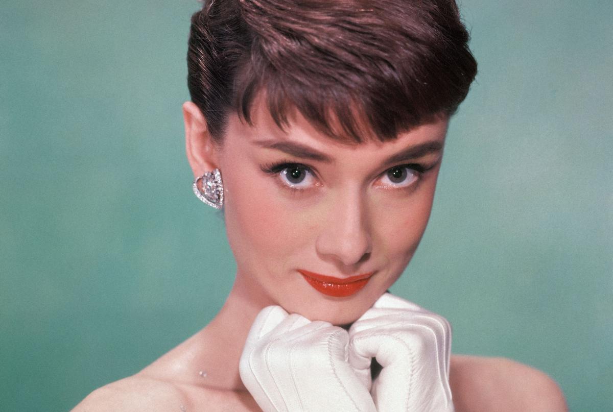 De make-up in Emily in Paris kan je het best omschrijven als 'Audrey Hepburn met een Franse twist'. (Foto's Getty/GF)