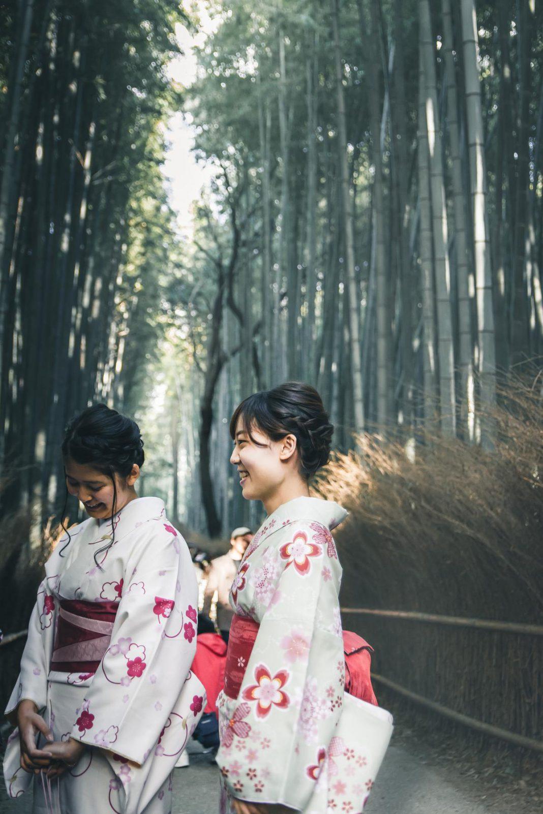 Dames in kimono in de Bamboo Grove in Arashiyama. Een indrukwekkende verzameling bamboe, als je van mensenmassa's houdt. (foto SB) ©sbedaux