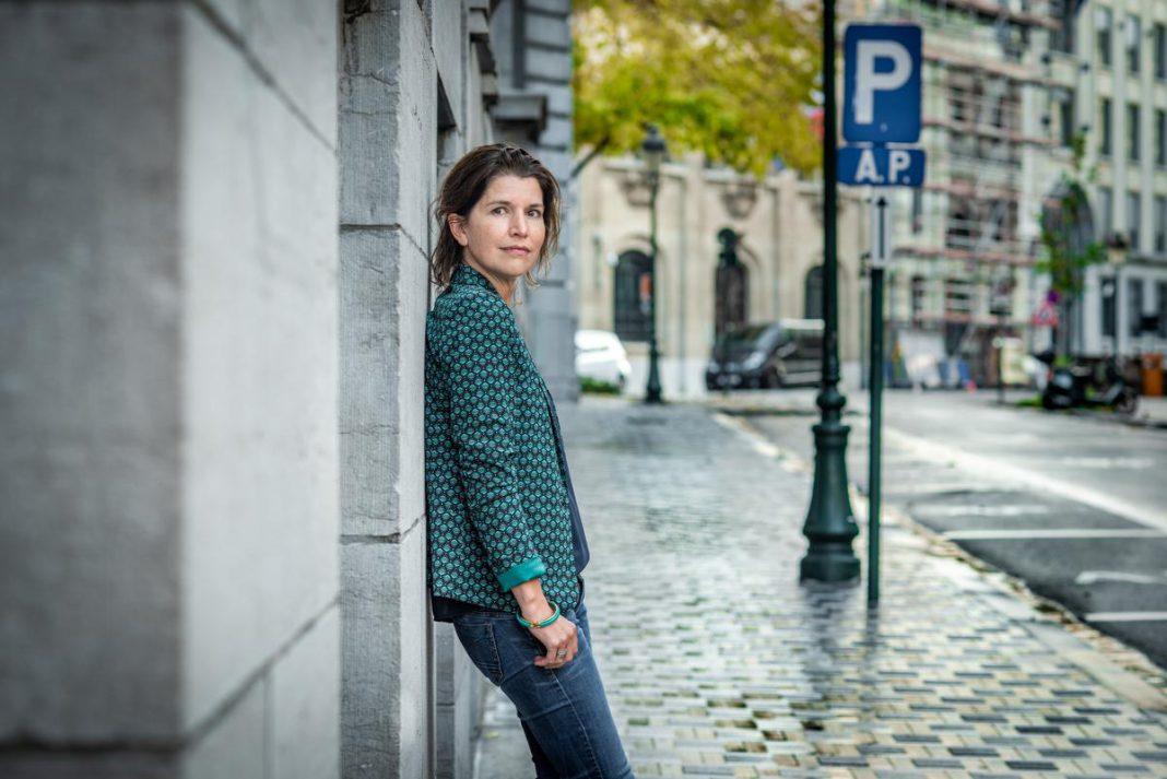 """Onderschrift: Valerie Van Peel: """"Er wordt te makkelijk over een tweede lockdown gesproken. We zijn lang niet hersteld van de menselijke schade van de eerste."""" (foto Christophe De Muynck) of Valerie Van Peel: """"Ik zit nu elf jaar in de politiek. Dat doet een mens nadenken. Is dit wel de weg die ik wil bewandelen?"""" (foto Christophe De Muynck)"""