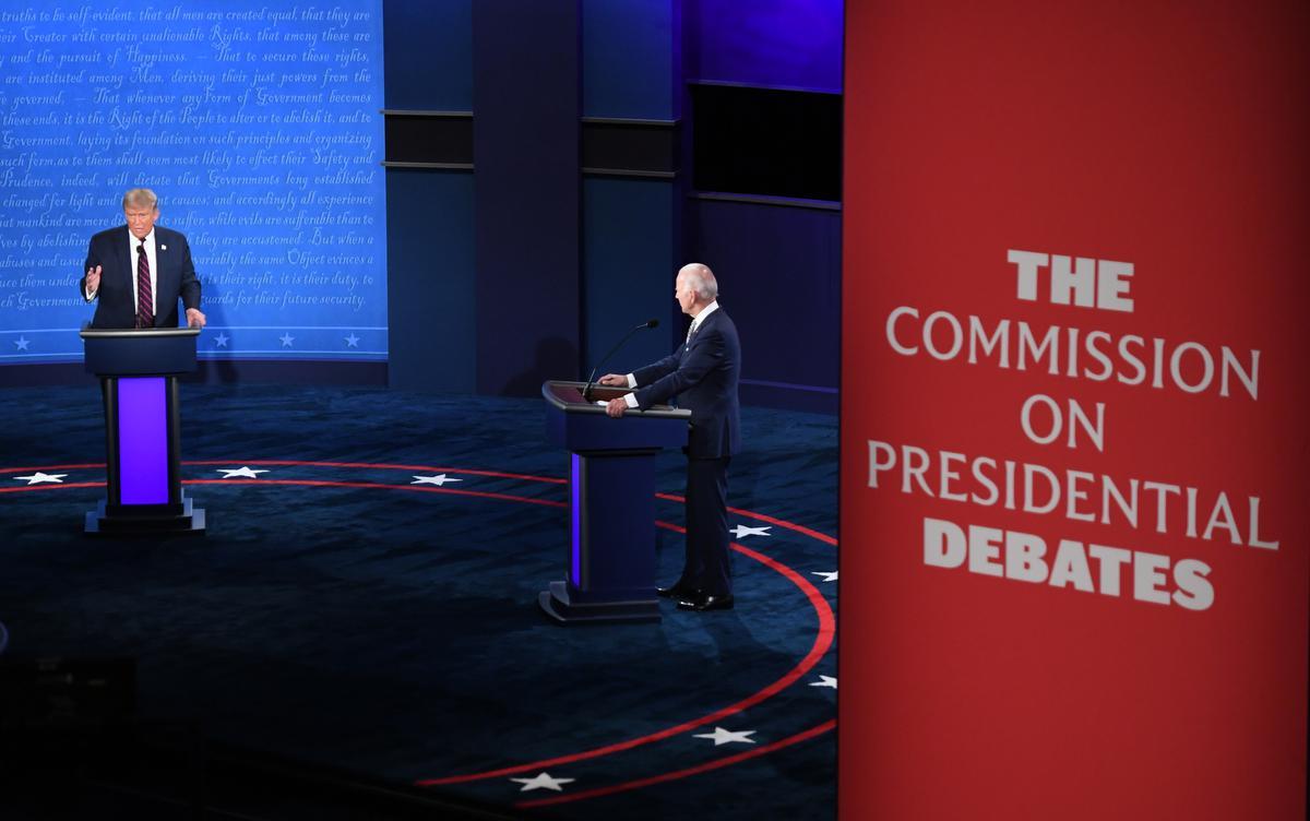President Donald Trump en zijn uitdager Joe Biden tijdens een debat aan de Case Western Reserve University and Cleveland Clinic in Cleveland, Ohio. (foto AFP)