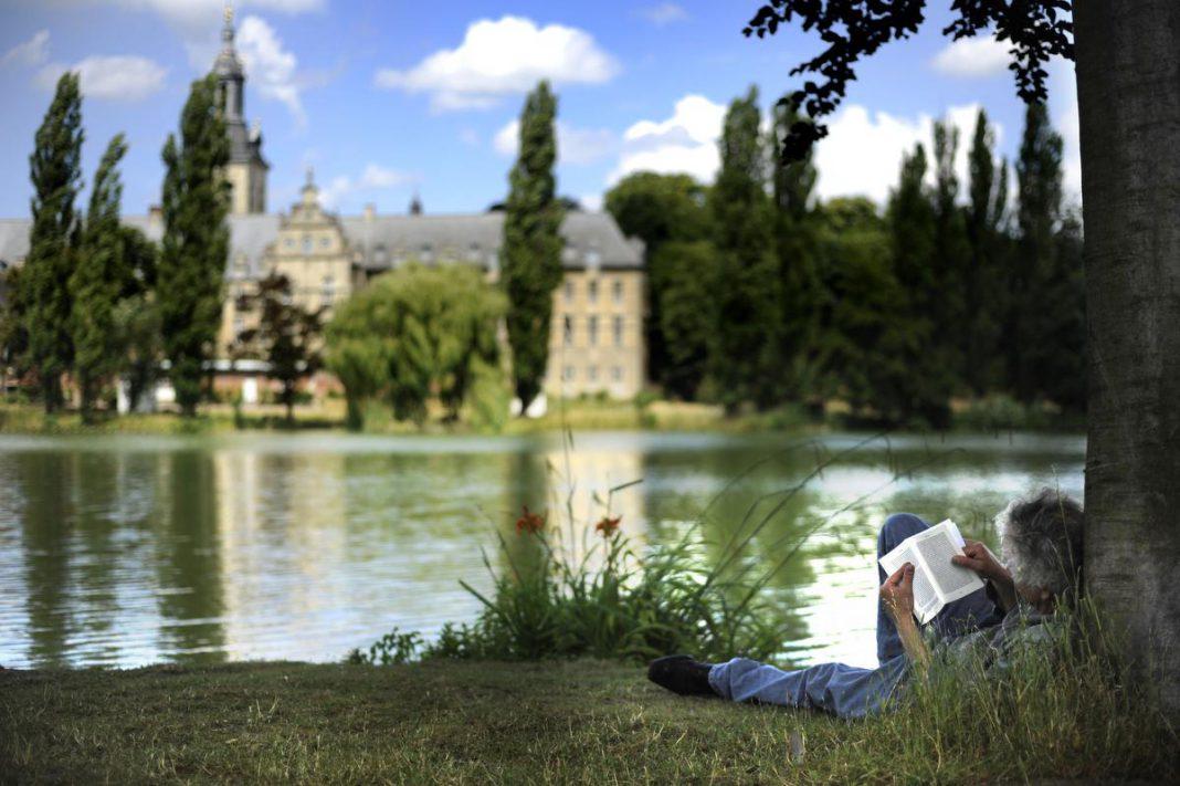 Even languit genieten in het park van de norbertijnermonniken in Leuven. (foto Visit Leuven)