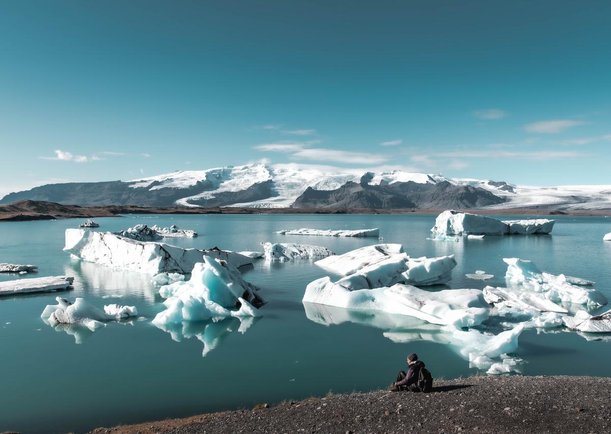 Maar een paar bezoekers aan het bekende gletsjermeer Jökulsárlón: een uitermate ongewoon gezicht. (foto SB) ©sbedaux