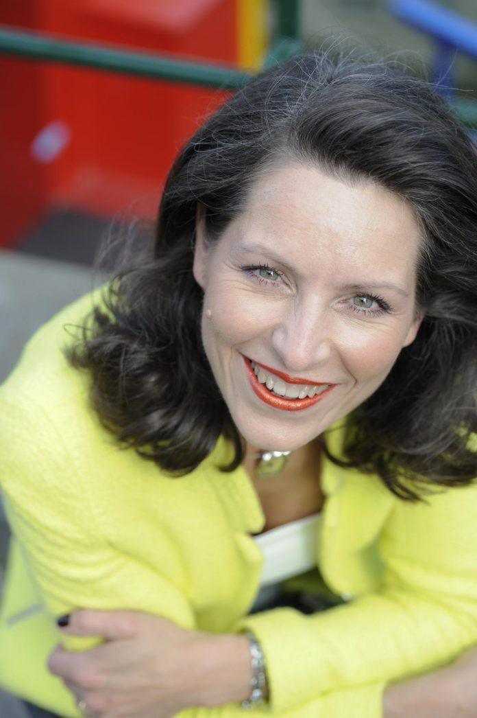 """Sara Van Wesenbeeck: """"Mijn doel? Je gezinsportemonnee spijzen, je geldzaken gezond houden, grip op je geld krijgen en vooral: jou zin doen krijgen om met je geldzaken aan de slag te gaan."""" (foto Ellen Goegebuer) ©ELLEN GOEGEBUER"""