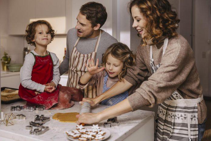 Zelfgemaakte geschenken - zoals zelfgebakken koekjes - maken altijd indruk én zijn goed voor je budget. (foto Getty Images)© Getty Images/Westend61