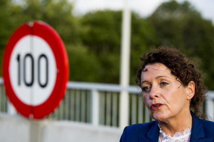 """Vlaams minister van Mobiliteit Lydia Peeters: """"Langs de gewestwegen en de grote verkeersassen komt om de 25 kilometer snellaadinfrastructuur."""" (foto Belga)© BELGA"""