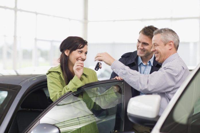 Elektrische en hybride wagens zijn duurder, maar elektrificatie is niet de enige factor die de autoprijzen de hoogte injaagt. (foto Getty Images)©Zero Creatives Getty Images/Cultura RF