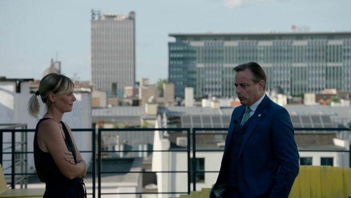 """Documentairemaakster Petra De Pauw volgde een jaar lang Bart De Wever: """"Ik denk dat hij menselijker overkomt dan de meeste mensen hem kennen, hoewel je ook wel eens een harde politicus te zien krijgt."""" (foto VRT)"""