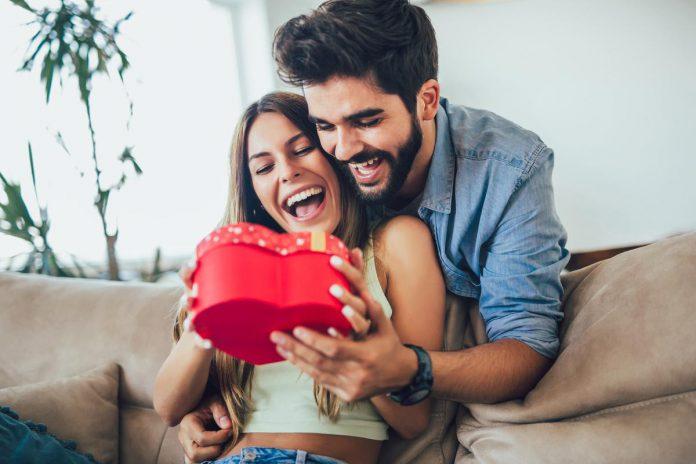 Welke taal van de liefde gebruik jij straks met Valentijnsdag? Zeg je het met een cadeautje of een knuffel? (foto Getty Images)©Jovanmandic Getty Images/iStockphoto