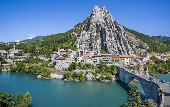 Sisteron, met bovenop de rots de citadel: de parel van de Haute Provence. (foto Getty Images)©Manfred Gottschalk Getty Images