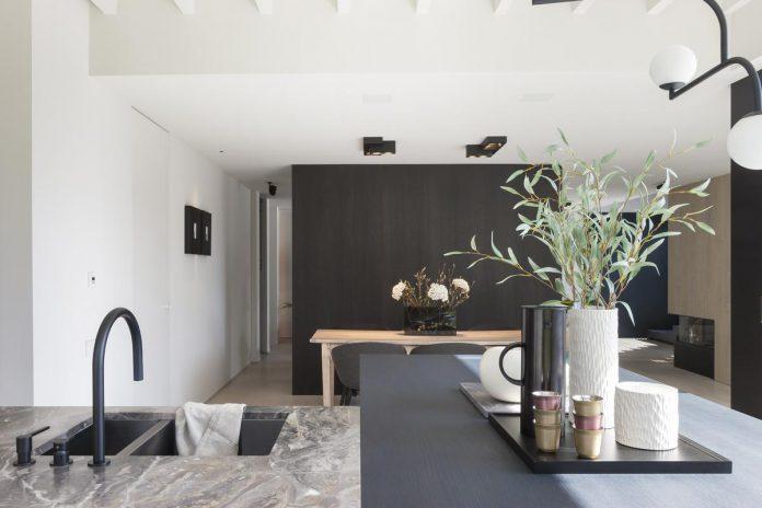 De keuken is steeds vaker het hart van het huis. Denk dus goed na over de sfeer die je er wil creëren. (foto Liesbet Goetschalckx)
