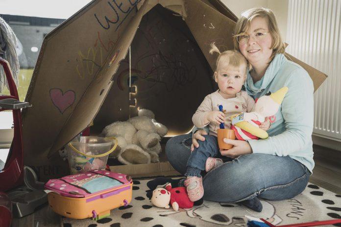 """Kimberly (30) is bewust alleen mama van Lize: """"Twijfels zijn er altijd. Maar die zijn er ook als je als koppel voor een kind gaat."""" (foto Olaf Verhaeghe)"""