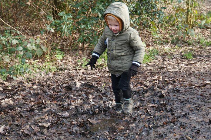 Ook de kleinste wandelaars zijn fan van modderwandelingen. (foto Maf)