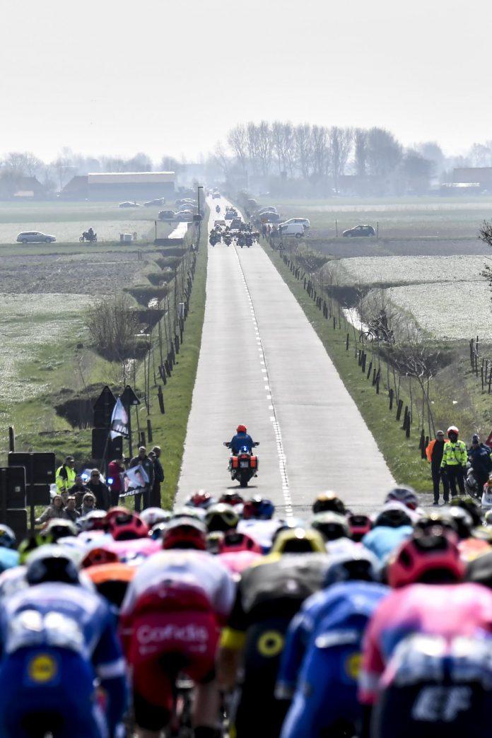 """Gent-Wevelgem bij windkracht vier uit het zuidwesten: iedereen weet dus wat er te gebeuren staat. """"Als er veel wind staat, is het één van de lastigste koersen die er zijn"""", vindt Tom Steels. (foto Getty)© AFP via Getty Images"""