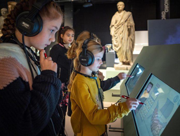 Romeinse kinderen richten zich rechtstreeks tot de jonge bezoekers in het Gallo-Romeins Museum in Tongeren. (foto Stad Tongeren)© luc daelemans