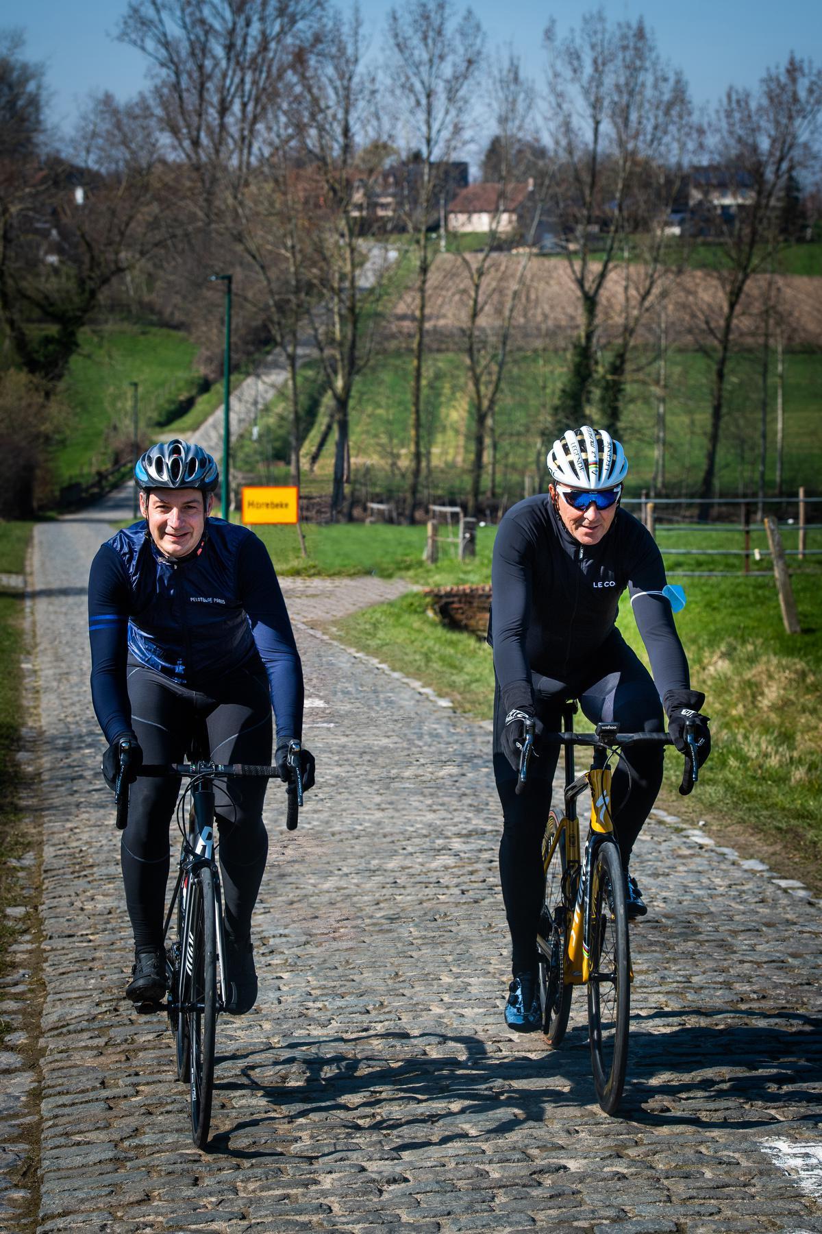 Premier Alexander De Croo en ex- wielrenner Johan Museeuw verkennen het parcours van de Ronde van Vlaanderen. (foto Kris Van Exel)© Kris Van Exel