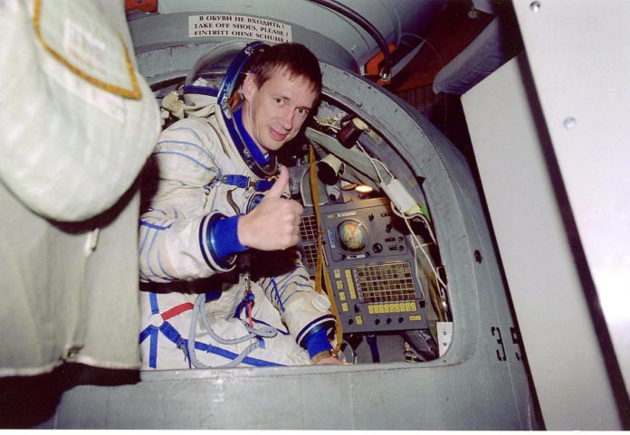"BRU122 - - - MOSCOW, RUSSIA: Undated hand out picture shows ESA Astronaut Frank De Winne from Belgium training in Star City near Moscow with the Soyuz command module. De Winne prepares for his ten-day long spaceflight end October 2002 with the upgraded Russian Soyuz TM, a vehicle needed as 'lifeboat' at the international Space Station. BELGA PHOTO ESAFrank De Winne tijdens zijn training vlak voor zijn vertrek. ""Je weet dat naar de ruimte vliegen een relatief gevaarlijke operatie is, maar ik had er alle vertrouwen in."" (foto Belga)©PHOTO ESA BELGAIMAGE"