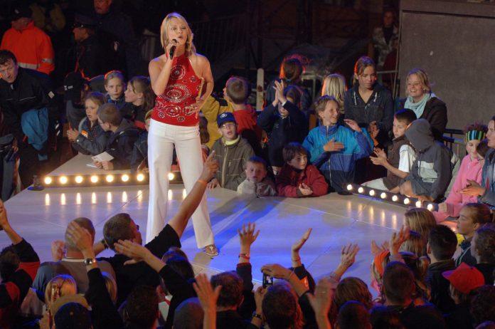 """Laura Lynn anno 2005 op het podium van Tien om te Zien: """"Ik werd overladen met vragen voor optredens. Elke dag van de week stond ik op één of meerdere podia."""" (foto VTM)"""