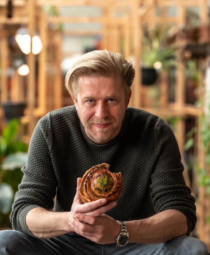 """Seppe Nobels werkt in zijn nieuwe restaurant samen met vluchtelingen: """"Dit is ongetwijfeld het interessantste team waar ik al ooit mee heb samengewerkt."""" (foto Sebastiaan Bedaux)©sbedaux"""