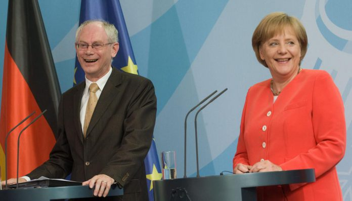 """Herman Van Rompuy anno 2010, hier samen met bondskanselier Angela Merkel. """"Ik wou enkel de voorzitter van de Europese Raad worden als álle lidstaten mij wilden. Ik dacht niet dat dat zou gebeuren."""" (foto Belga Image)©KLAUS-DIETMAR GABBERT BELGAIMAGE"""