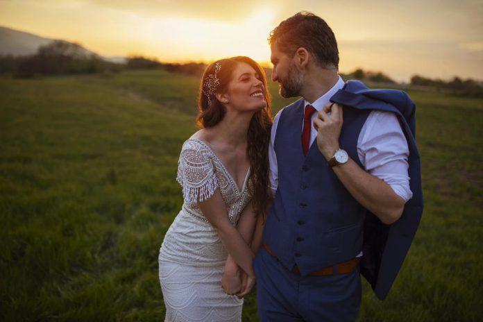 Het dragen van haarbandjes, clips, diadeems en schuivertjes is een goedkope manier om je eigen stijl van individualiteit te voorzien. Ideaal om extra bling toe te voegen je look voor de huwelijksdag. (foto Getty Images)©SrdjanPav Getty Images