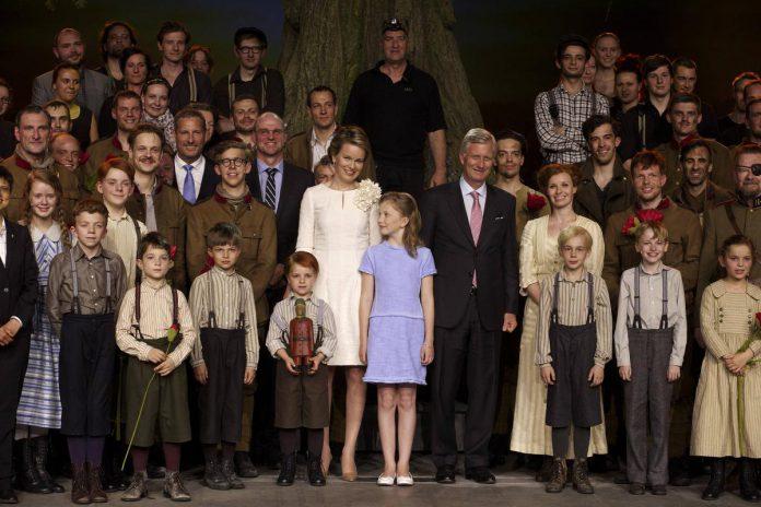 De musical '14-'18 kon zelfs rekenen op de belangstelling van koning Filip, koningin Mathilde en kroonprinses Elisabeth, tot grote vreugde van Gert Verhulst, Hans Bourlon en de cast van de musical. (foto Belga)© BELGA