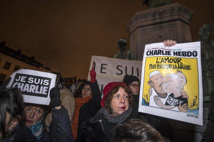 Na de aanslag op Charlie Hebdo kwamen op heel wat plekken mensen samen om hun steun aan het weekblad en aan de persvrijheid te uiten, zoals hier in Brussel. De leuze 'Je suis Charlie' ging de wereld rond. (foto Filip De Smet/AFP via Getty Images)© AFP via Getty Images