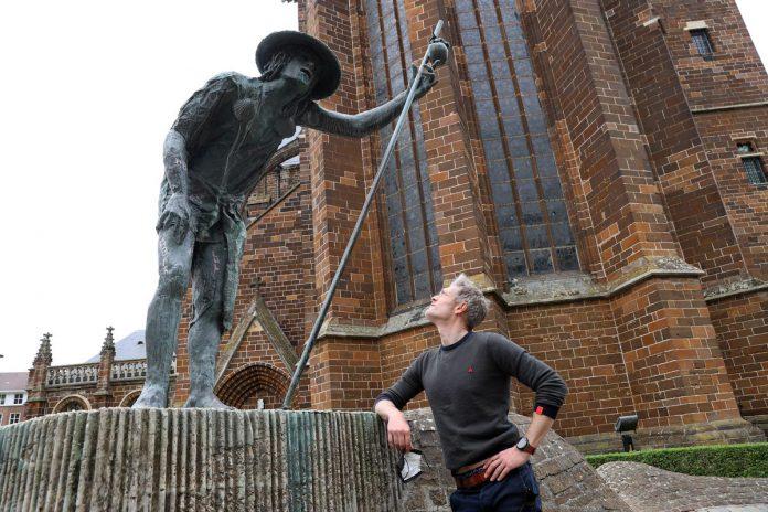 De zoektocht van Gezinssport Vlaanderen doet beeldenstad Aarschot aan. Sportanker Maarten Van Gramberen is het gezicht van deze zomerzoektocht. (foto Kristof Ghyselinck)