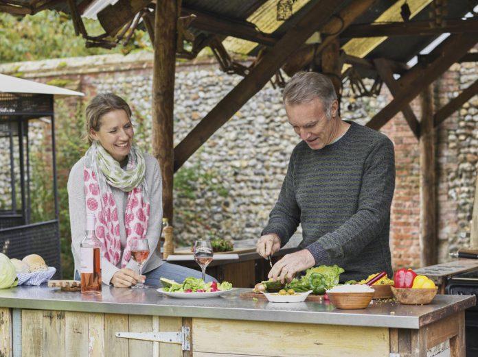 Een outdoor keuken staat garant voor vele gezellige momenten in eigen tuin. (foto Getty Images)© Getty Images/Luxy