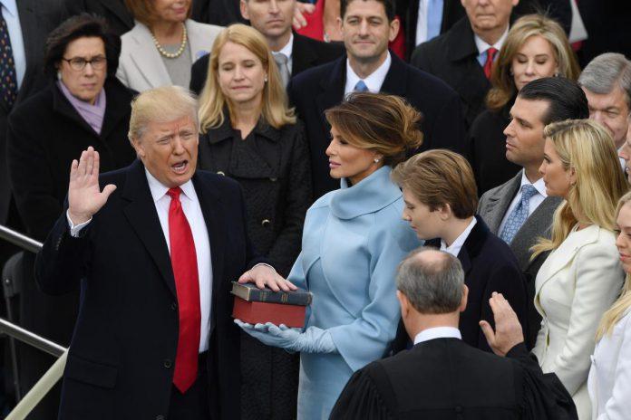 20 januari 2017: Donald Trump legt de eed af als de 45ste president van de Verenigde Staten, omringd door echtgenote Melania en zijn vijf kinderen. (foto Richard Ellis via Zuma Wire)©Richard Ellis ZUMAPRESS.com