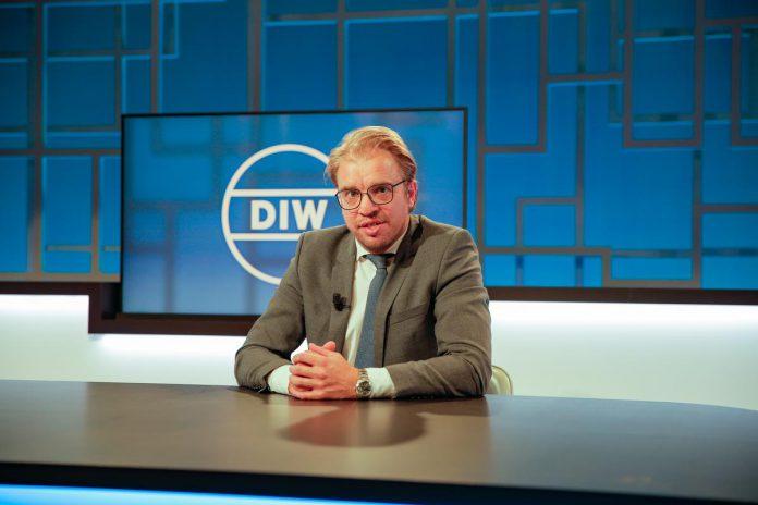 """Jan Jaap van der Wal werd in 2018 presentator van De Ideale Wereld: """"Toen Otto-Jan me de vraag stelde, heb ik snel besloten om die kans te grijpen."""" (foto Canvas)"""