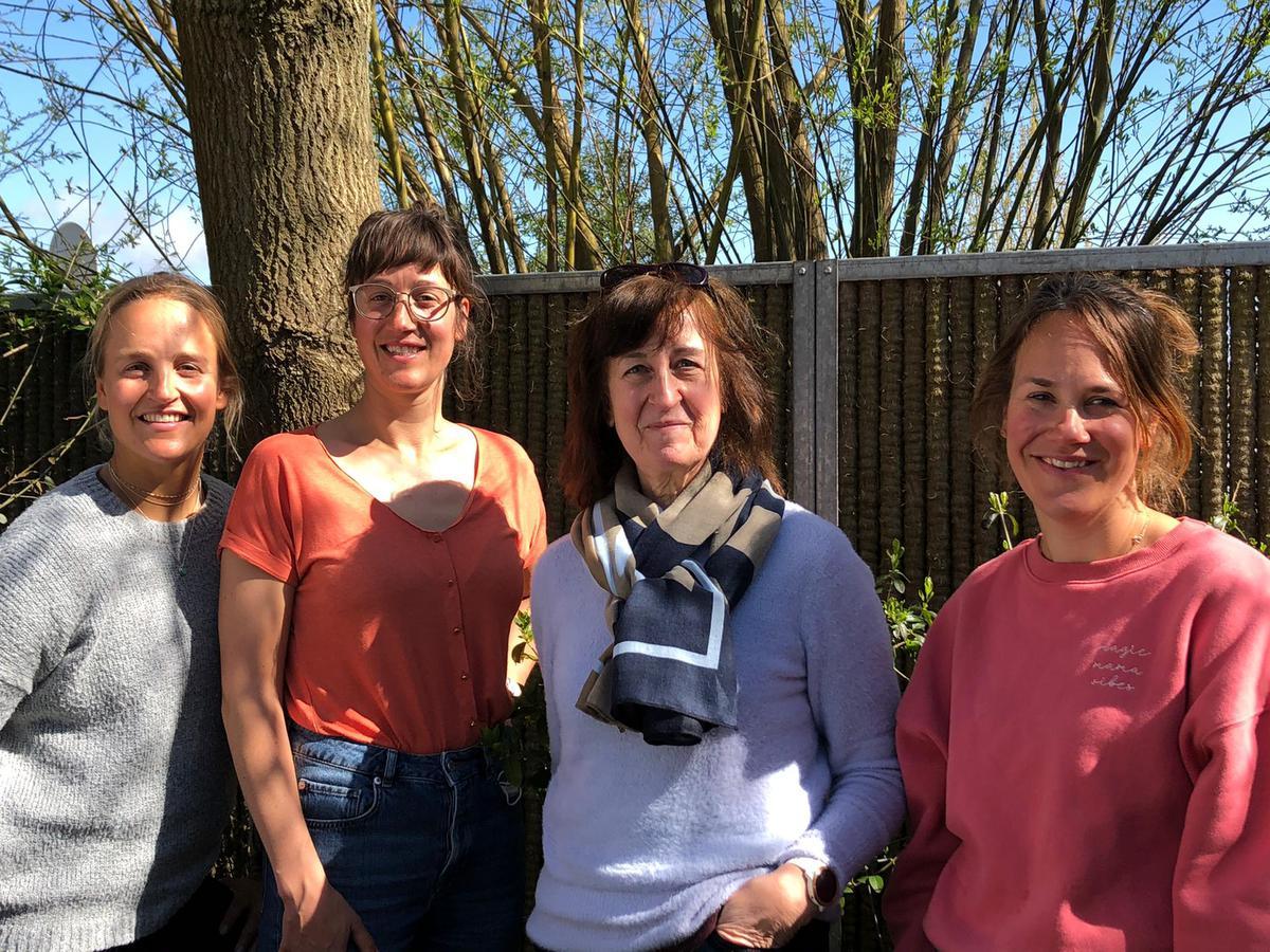 Emma en Katrien Plasschaert, mama Greet Mees en Lise Plasschaert.